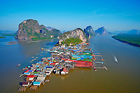 Thailande, province de Phang Nga, parc national Ao Phang Nga, village flottant de pecheurs de Ko Panyee // Thailand, Phang Nga Bay, flotting fisher village of Ko Panyee