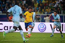 Marcelo disputa a bola no amistoso entre Brasil e França no estádio Arena do Grêmio, em Porto Alegre (RS). FOTO: Jefferson Bernardes/Preview.com