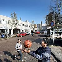 Nederland, Amsterdam , 5 april 2012..De Brink binnen de wijk Betondorp.De wijk werd opgezet rond een centraal plein, Brink geheten, waar de belangrijkste straten op uitkomen..De buurt werd gebouwd tussen 1923 en 1925 als Tuindorp Watergraafsmeer, maar doordat voor het eerst veel beton werd toegepast bij de bouw van de woningen, ging het in de volksmond al snel Betondorp heten. De buurt was bedoeld als experiment om de mogelijkheden te verkennen van de toepassing van beton in de volkshuisvesting, maar een tekort aan bakstenen door de vele woningbouw in Nederland en de oplopende prijzen van bakstenen speelden zeer zeker ook een rol..VOORKEURFOTO!.Foto:Jean-Pierre Jans