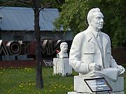 Ausgemusterte Monumente und Skulpturen im Moskauer Park der Kunst in der Naehe der Moskwa im Zentrum der Metropole. Leonid Iljitsch Breschnew Skulptur im Vordergrund - mit Blumen dekorierte Bueste von Joseph Vissarionovich Stalin im Hintergrund.<br /> <br /> Sculptures withdrawn from service at the Moscow park of art close to the Moskwa river. Leonid Ilyich Brezhnev infont - with flowers decoratet sculpture of Joseph Vissarionovich Stalin in the background.