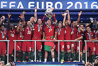 FUSSBALL EURO 2016 FINALE IN PARIS  Portugal - Frankreich          10.07.2016 Siegerehrung: Cristiano Ronaldo hat die Hand am Pokal