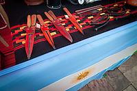 ARTESANIAS EN UNA FERIA AL AIRE LIBRE EN LA COSTANERA, CUCHILLOS CON FUNDAS DE CUERO Y BANDERA ARGENTINA, DIQUE LUJAN, PROVINCIA DE BUENOS AIRES, ARGENTINA (PHOTO © MARCO GUOLI - ALL RIGHTS RESERVED)