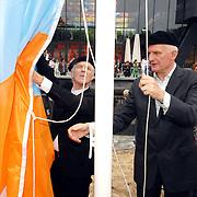 NLD/Hilversum/20070614 - Opening expositie Simplistisch Verbond, Van Kooten en De Bie: En wel hierom!, hijsen de vlag
