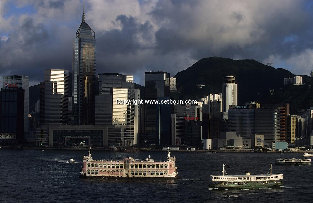Hong Kong. la baie et líile de victoria , , central plaza /  14   / the bay, Victoria island and harbour, towers      / P0001857  / l940224d