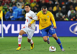 28.06.2010, Ellis Park Stadium, Johannesburg, RSA, FIFA WM 2010, Brazil (BRA) vs Chile. (CHI), im Bild Luis Fabiano (Brasile) e Gonzalo Jara (Cile). EXPA Pictures © 2010, PhotoCredit: EXPA/ InsideFoto/ Giorgio Perottino +++ for Austria and Slovenia only +++ / SPORTIDA PHOTO AGENCY