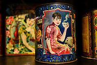 Chine, Hong Kong, Kowloon, Heritage museum de Hong Kong, boite de thé des années 30 de style Shanghai // China, Hong Kong, Kowloon, Hong Kong Heritage Museum, Iron Tea caddies from 1930 in Shanghai style