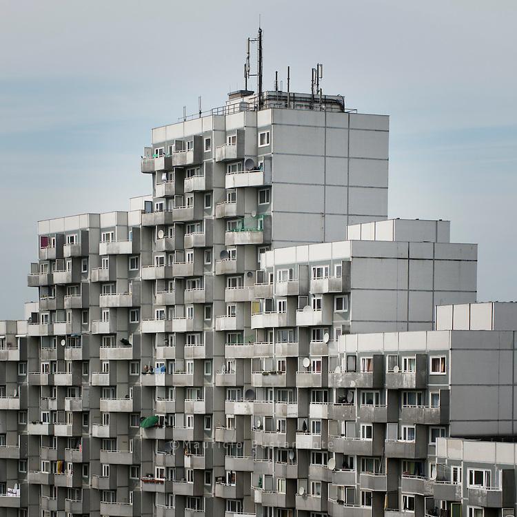 66 Meter ragt das höchste Haus der Saga GWG im Osdorfer<br /> Born in den Himmel. Es ist kein Zufall, dass es so hoch ist,<br /> denn es sollten möglichst viele Menschen<br /> darin Wohnraum finden. Die in<br /> den 1960er-Jahren in Hamburg erbauten<br /> Hochhaussiedlungen sollten die Lösung<br /> für die damals gravierende Wohnungsnot<br /> sein, so auch im Osdorfer<br /> Born. Hamburg 15 May 2012.