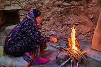 Sultanat d'Oman, gouvernorat de Ad-Dakhiliyah, les monts Hajar, le vieux village en pisé de Al Hamra au pied du Djebel Shams, maison-musée Bait Al Safah, torrefcation du café // Sultanate of Oman, Ad-Dakhiliyah Region, village of Al Hamra, Bait Al Safah museum, coffe roasting