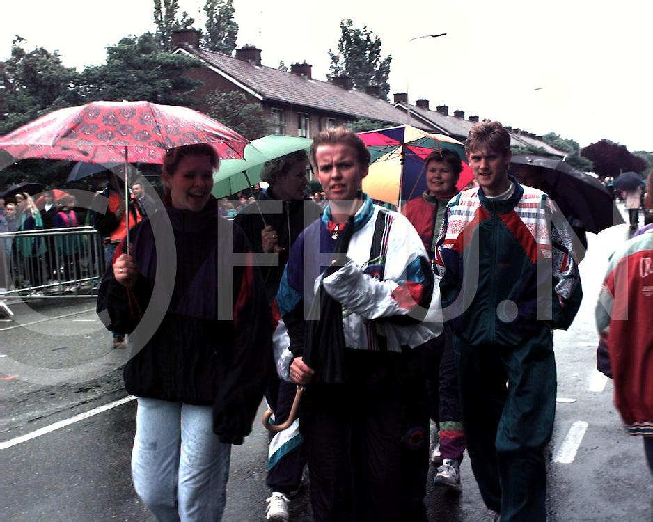 hardenberg : start avondvierdaagse in de regen..foto frank uijlenbroek@1995