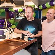 NLD/Hilversum/20181221 - Afscheidsuitzending Edwin Evers, Paul de Leeuw  en Edwin Evers aan het sjoelen in de 538 studio