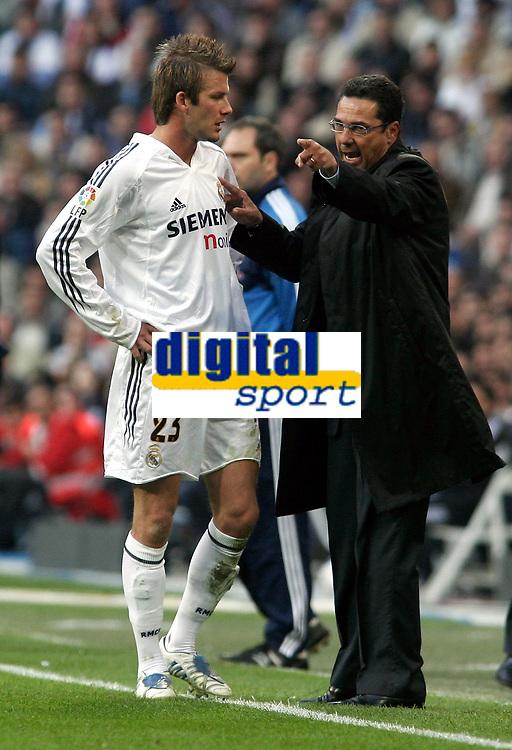Fotball<br /> Spania 2004/05<br /> Real Madrid v Barcelona<br /> 10. april 2005<br /> Foto: Digitalsport<br /> NORWAY ONLY<br /> Real Madrid's David Beckham listens instructions from his coach Vanderlei Luxemburgo