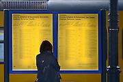 Nederland, Nijmegen, 9-12- 2013, Een treinreiziger bekijkt de vertrektijden voor zijn bestemmin. De gele borden met vertrektijden op de stations gaan verdwijnen. De meeste mensen plannen hun reis online of kijken op de digitale borden op de stations.  Foto: Flip Franssen/Hollandse Hoogte
