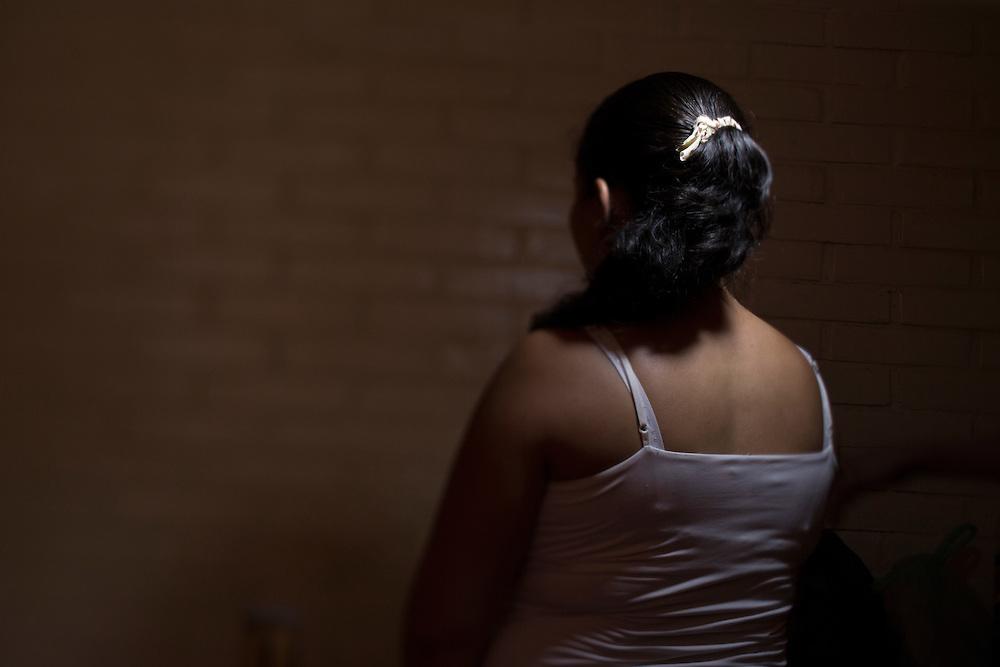 San Pedro Sula, Honduras<br /> <br /> Br&ouml;derna Brayam 16 och Jos&eacute; 17, sitter i ungdomsf&auml;ngelset Carmen i San Pedro Sula d&ouml;mda f&ouml;r mord. De &auml;r med i g&auml;nget MS-13.<br /> Deras mamma Lilian kommer p&aring; bes&ouml;k och kramar sonen Brayam.<br /> <br /> Photo: Niclas Hammarstr&ouml;m