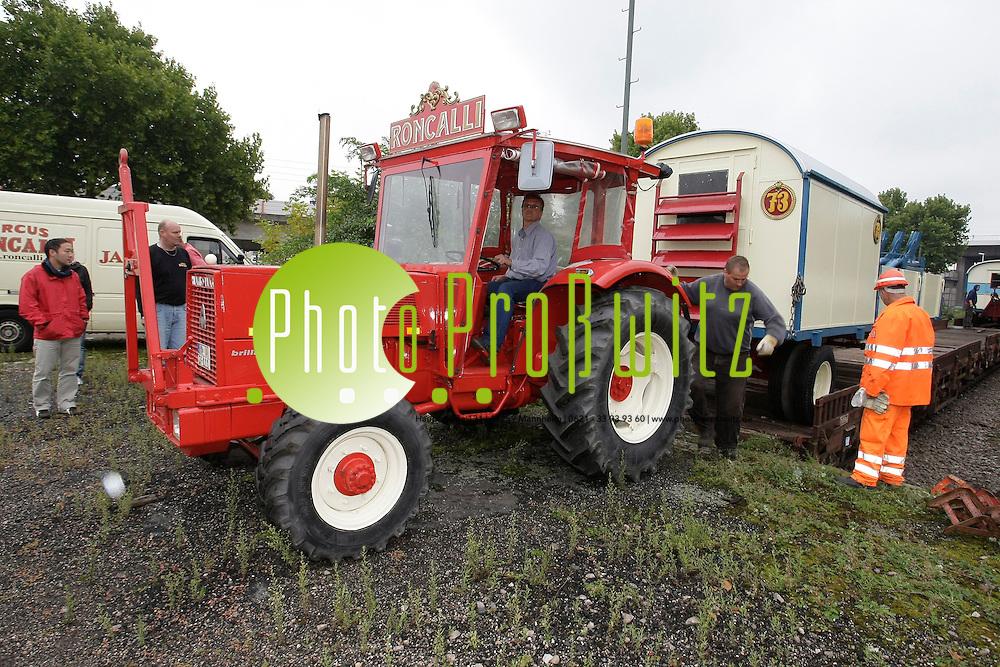Mannheim. Jungbusch. Hafen. Laderampe. Circus Roncalli l&permil;sst die historischen Wagen mit der Bahn transportieren. Abladung f&cedil;r das Gastspiel in Heidelberg.<br /> <br /> <br /> Bild: Markus Proflwitz / masterpress /  <br /> <br />  *** Local Caption *** masterpress Mannheim - Pressefotoagentur<br /> Markus Proflwitz<br /> C8, 12-13<br /> 68159 MANNHEIM<br /> +49 621 33 93 93 60<br /> info@masterpress.org<br /> Dresdner Bank<br /> BLZ 67080050 / KTO 0650687000<br /> DE221362249