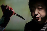 P&eacute;kin, le 20 novembre 2013<br /> Le r&eacute;alisateur Jia Zhangke, &agrave; P&eacute;kin dans les locaux de sa soci&eacute;t&eacute; de production, devant une image de son film &quot;A Touch of Sin&quot; dont la sortie en Chine est bloqu&eacute;e par les censeurs.<br /> Gilles Sabri&eacute; pouT&eacute;l&eacute;rama