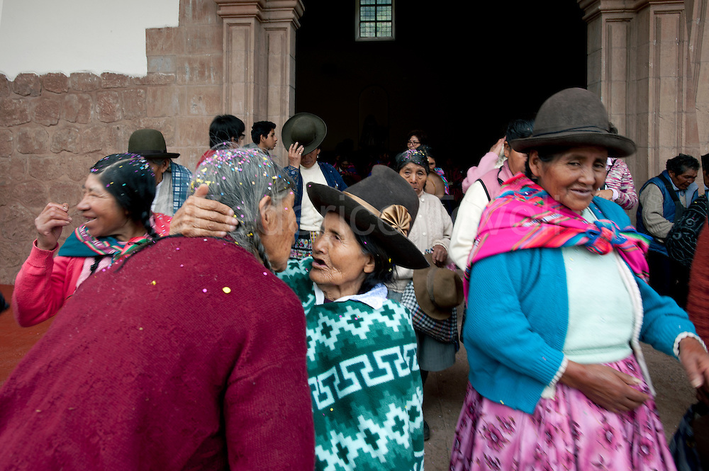 Despite the fixed market in the main square, despite the constant influx of tourists, the Sunday Mass in the main church of Pisac is very popular
