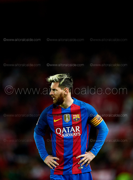 SEVILLE, SPAIN - NOVEMBER 06:  Lionel Messi of FC Barcelona looks on during the match between Sevilla FC vs FC Barcelona as part of La Liga at Ramon Sanchez Pizjuan Stadium on November 6, 2016 in Seville, Spain.  (Photo by Aitor Alcalde/Getty Images)