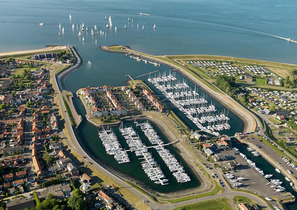 Jachthaven Wemeldinge aan de Oosterschelde met in de achtergrond zeilboten.