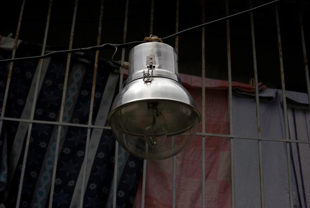 Bombillos ahorradores de energía puestos por el Gobierno Nacional, Parroquia La Pastora. Caracas, Venezuela 14-11-2009<br /> Photography by Aaron Sosa