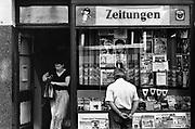 Duitsland, Weimar, 1-7-1990Op 1 juli 1990 werd de duitse monetaire eenwording effectief. De burgers van de ddr konden hun marken, ostmarken, inwisselen tegen de west-duitse mark, in winkels vond een grote operatie plaats om prijzen aan te passen en westerse producten in de schappen te leggen. Een tijdschriftenwinkel, krantenkiosk, heeft al veel westerse tijdschriften zoals Bild.Foto: Flip Franssen/Hollandse Hoogte