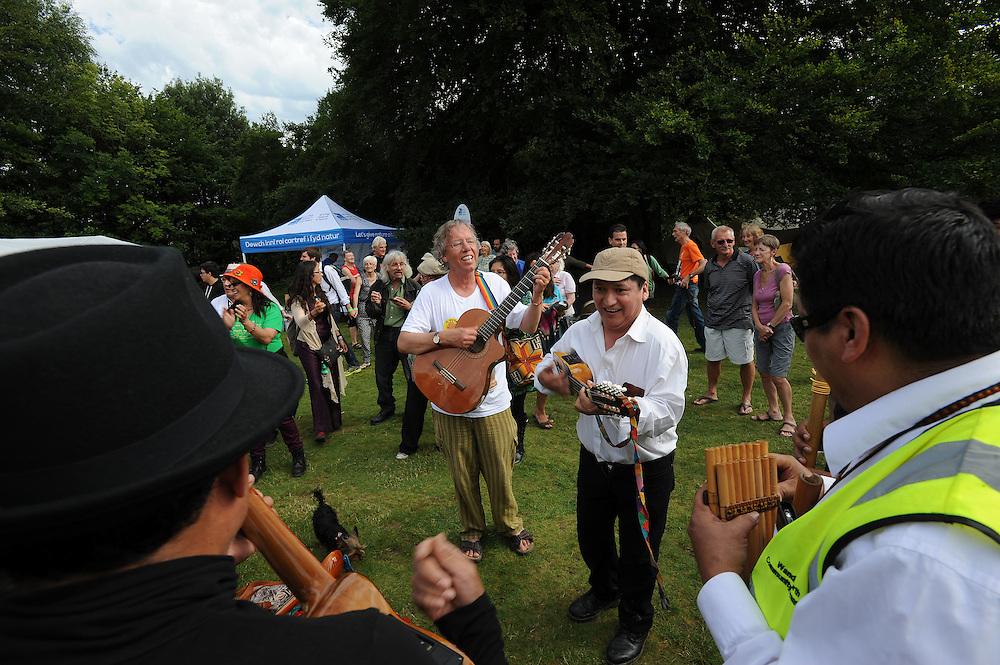 El Sueno Existe Festival<br /> Machynlleth<br /> Wales<br /> Circle Dance-Closing Circle<br /> Tony Corden, musician and festival director.