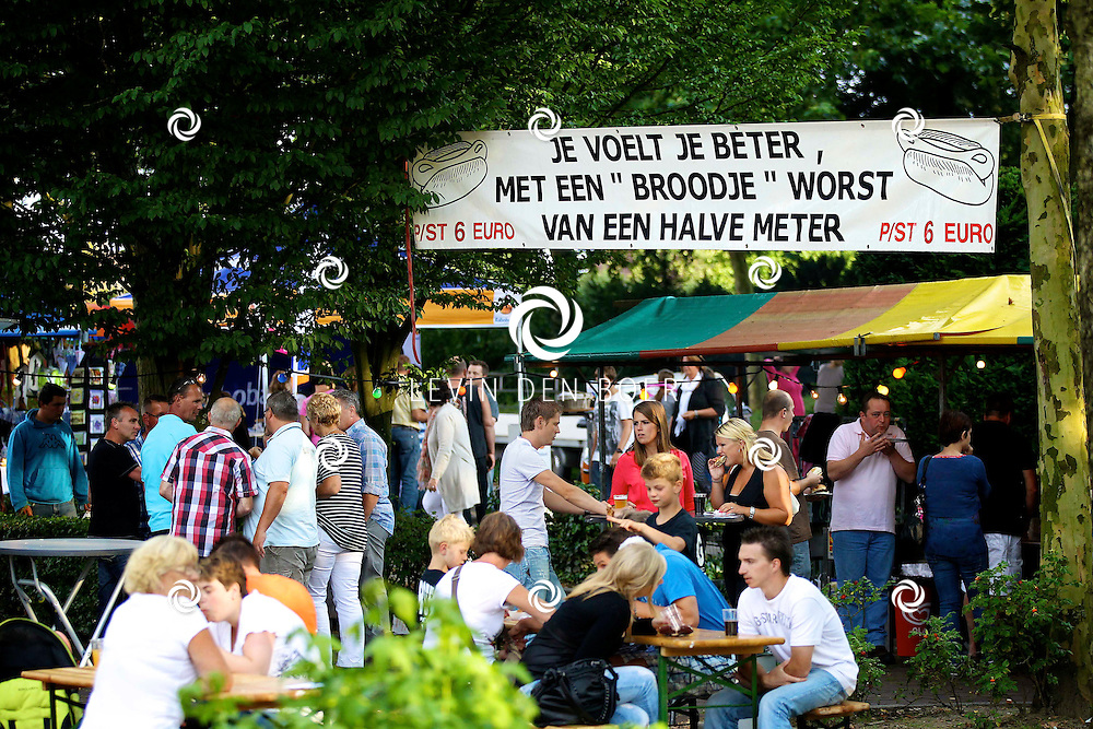 AALST - De jaarlijkse braderie in Aalst werd weer druk bezocht. Met diversen kraampjes en optredens van lokale bekendheden. FOTO LEVIN DEN BOER - PERSFOTO.NU