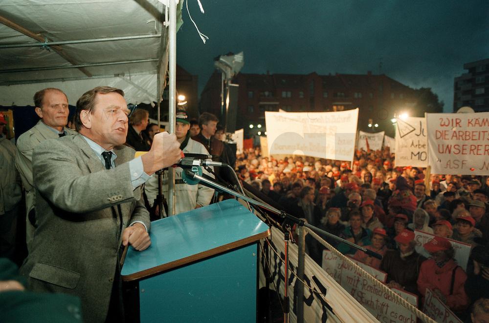"""27 SEP 1995, NORDENHAM/GERMANY:<br /> Gerhard Schroeder, SPD, Ministerpraesident Niedersachsen, spricht vor Arbeitern, die aufgrund des sog.""""Dolores Planes"""" um den Verlust ihrer Arbeitsplaetze in den DASA Werken bangen, Marktplatz Nordenham<br /> IMAGE: 19950927-01/06-29<br /> KEYWORDS: Gerhard Schröder, Demo, Demonstrant, demonstrator, worker"""