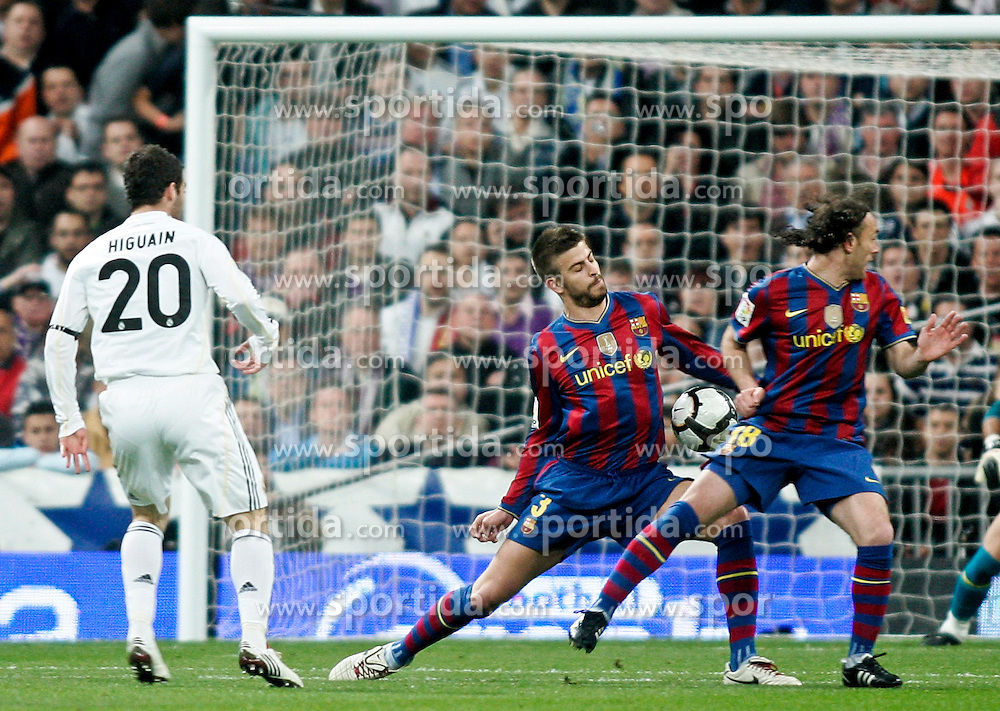 10.04.2010, Estadio Santiago Bernabeu, Madrid, ESP, Primera Division, Real Madrid vs FC Barcelona, im Bild Real Madrid's Gonzalo Higuain against Barcelona's Gerard Pique. EXPA Pictures © 2010, PhotoCredit: EXPA/ Alterphotos/ Alvaro Hernandez / SPORTIDA PHOTO AGENCY