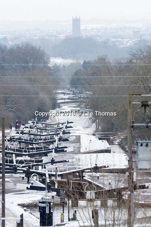 Hatton, Warwickshire, UK. 18th March 2018. Walkers and canal boat enthusiasts brave the sub-zero temperatures and snow at Hatton in Warwickshire. The Hatton Locks or Hatton Flight is a flight of 21 locks on the Grand Union Canal which spans less than 2 miles and has a total rise of 45 metres. // Lee Thomas, Tel. 07784142973. Email: leepthomas@gmail.com  www.leept.co.uk (0000635435)