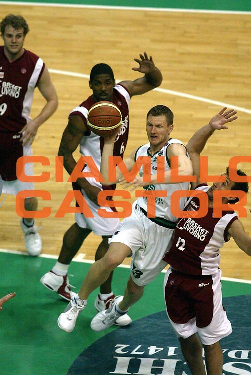 DESCRIZIONE : Siena Lega A1 2005-06 Montepaschi Siena Basket Livorno <br /> GIOCATORE : Kaukenas <br /> SQUADRA : Montepaschi Siena <br /> EVENTO : Campionato Lega A1 2005-2006 <br /> GARA : Montepaschi Siena Basket Livorno  <br /> DATA : 23/04/2006 <br /> CATEGORIA : Passaggio <br /> SPORT : Pallacanestro <br /> AUTORE : Agenzia Ciamillo-Castoria/L.Moggi <br /> Galleria : Lega Basket A1 2005-2006 <br /> Fotonotizia : Siena Campionato Italiano Lega A1 2005-2006 Montepaschi Siena Basket Livorno <br /> Predefinita : si