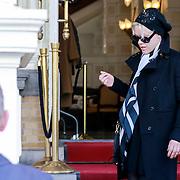 NLD/Amsterdam/20130419 - Zangeres Pink verlaat haar hotel,