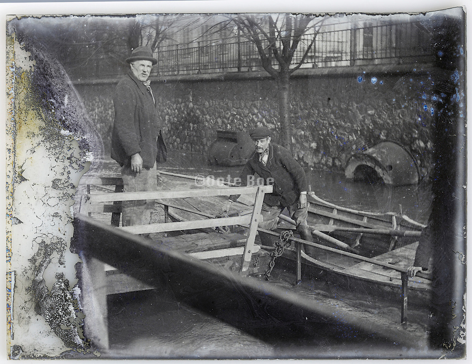 evacuation from houseboat during a flood Paris 1900s