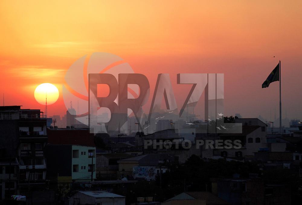 S&Atilde;O PAULO,16 DE AGOSTO,2011 - POR DO SOL ZONA LESTE<br /> Por do sol na tarde desta ter&ccedil;a feira na regi&atilde;o do Sapopemba na zona leste de S&atilde;o Paulo. FOTO ALE VIANNA - NEWS FREE.