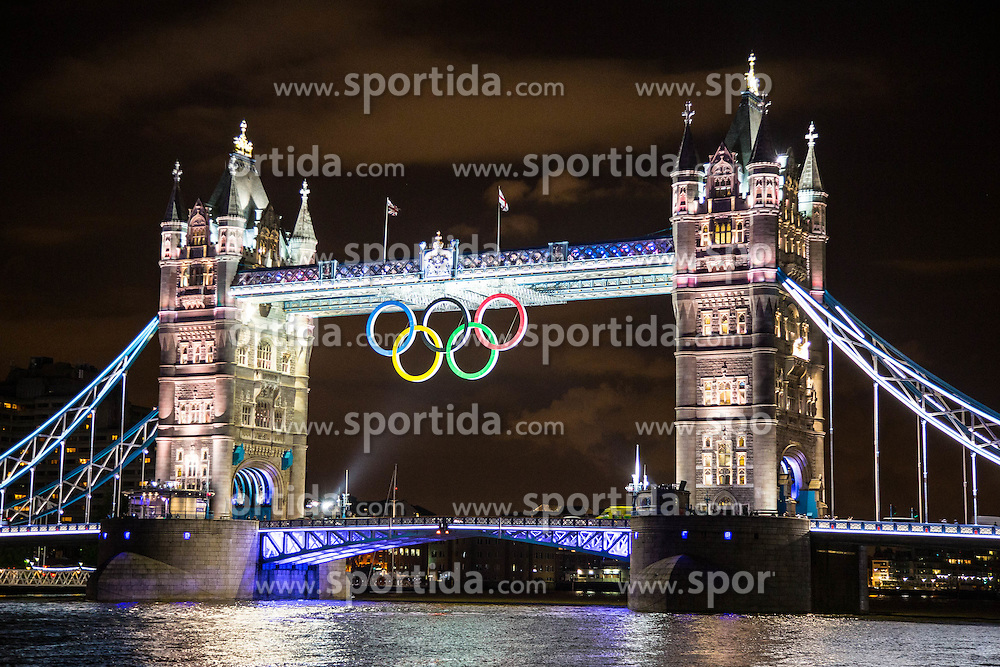 29.07.2012, Tower, London, GBR, Olympia 2012, Nachtfeatures, im Bild impressionen der Tower Bruecke mit den Olympischen Ringen // impressions of the Tower Bridge night version with olympic rings during 2012 Summer Olympics at Wimbledon, London, United Kingdom on 2012/07/29. EXPA Pictures © 2012, PhotoCredit: EXPA/ Johann Groder
