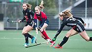 AMSTELVEEN - Hockey - Hoofdklasse competitie dames. AMSTERDAM-LAREN (2-0)  . Elin van Erk (Laren) met Kelly Jonker (A'dam)  en rechts Jacky Schoenaker (A'dam)   COPYRIGHT KOEN SUYK
