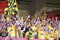 Lillestrøm-fansen jubler. Vålerenga - Lillestrøm 0-1, Tippeligaen 2000, 13. mai 2000. (Foto: Peter Tubaas/Fortuna Media AS)
