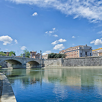 Puente Vittorio Emanuele II es un puente construido en Roma a los diseños de 1886 por el arquitecto Ennio De Rossi. Roma, Italia. Ponte Vittorio Emanuele II is a bridge in Rome constructed to designs of 1886 by the architect Ennio De Rossi. Rome, Italy