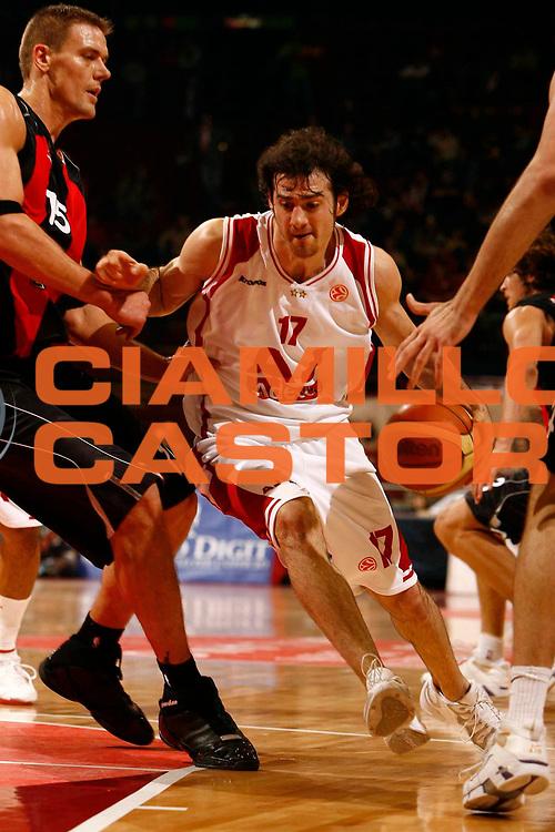 DESCRIZIONE : Milano Eurolega 2005-06 Armani Jeans Milano Lietuvos Rytas <br /> GIOCATORE : Calabria <br /> SQUADRA : Armani Jeans Milano <br /> EVENTO : Eurolega 2005-2006 <br /> GARA : Armani Jeans Milano Lietuvos Rytas <br /> DATA : 04/01/2006 <br /> CATEGORIA : Penetrazione <br /> SPORT : Pallacanestro <br /> AUTORE : Agenzia Ciamillo-Castoria/C.Scaccini <br /> Galleria : Eurolega 2005-2006 <br /> Fotonotizia : Milano Eurolega 2005-2006 Armani Jeans Milano Lietuvos Rytas <br /> Predefinita :