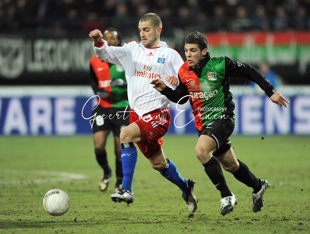 18-02-2009: voetbal: NEC - Hamburger SV: Nijmegen: UEFA Cup<br /> Moestafa EL KABIR (R) in duel met Mladen PETRIC (L)<br /> Fotograf: Geert van Erven