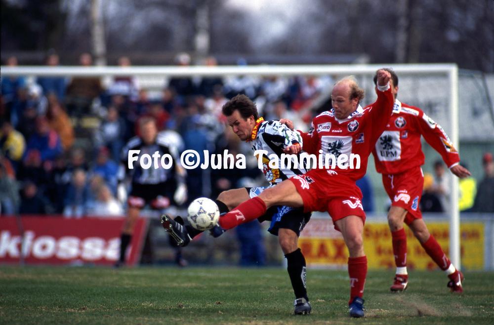 8.5.1997, Hietalahti, Vaasa.<br /> Veikkausliiga 1997.<br /> Vaasan Palloseura - FF Jaro.<br /> Kim Huuhka (FF Jaro) v Juha Karvinen (VPS).