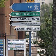 Letreros. Señales de transito en Cannes, Francia,indicando la direccion del Festival de Cine de Cannes y los baños<br /> <br /> -Cannes film festival sign direction, Frances