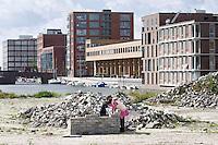 Nederland Amsterdam 15-09-2010 20100915..Nieuwbouw wijk IJburg, woningen in het hogere segment. Kinderen bouwen van bakstenen een eigen huisje op braakliggend terrein dat nog bebeouwd zal gaan worden.  IJburg is een woonwijk in aanbouw in het oosten van de gemeente Amsterdam, in de Nederlandse provincie Noord-Holland. Kenmerkend aan de in het IJmeer gelegen wijk is dat deze op kunstmatige eilanden is gebouwd. IJburg maakt onderdeel uit van het stadsdeel Oost. Holland, The Netherlands, dutch, Pays Bas, Europe , Yburg, het Ij, Het Y, , gebiedsontwikkeling, waterwijk, waterwijken, waterwoning, waterwoningen, wijk, wijken, wonen aan het water, woning, woningaanbod, woningbouw, woningen, woningmarkt, woningvoorraad, woonbuurt, woonbuurten, woonlast, woonlasten, woonwijk, woonwijken, steedse, straatbeeld, straatgezicht, toekomstige plannen, uitbreidingsgebieden, vastgoed, vernieuwing, vernieuwing stedelijk, verstedelijking, vessel, vinex, vinex-locaties, vinex-wijken, vinexbuurt, vinexlocatie, vinexlokatie, vinexwijk, volkshuisvesting, voorgevel, woning, woningaanbod, woningbehoefte, woningblok, woningblokken, woningbouw, woningen, woningkopers, woningmarkt, woningvoorraad, woonblok, woonblokken, woongebied, woonlast, woonlasten, zichzelf vermaken..Foto: David Rozing