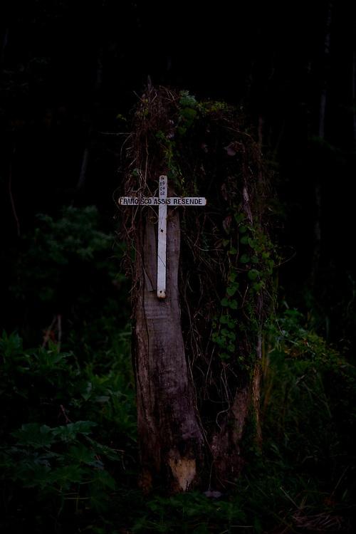 Barbacena_MG, Brazil.<br /> <br /> Cruz na arvore em homenagem a Francisco Assis Resende que morreu na rodovia BR040 em Barbacena, Minas Gerais.<br /> <br /> Cross on the tree in honor of Francisco Assis Resende who died on the highway BR040 in Barbacena, Minas Gerais.<br /> <br /> Foto: LEO DRUMOND / NITRO
