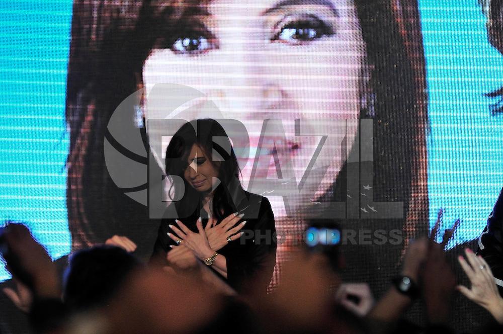 BUENOS AIRES, ARGENTINA, 15 AGOSTO DE 2011 - ELEICOES PRIMARIAS ARGENTINA -  Candidata à reeleição pela coligação peronista Frente para a Vitória, Cristina Kirchner cumprimenta eleitores após vitória em eleições primárias, na noite de ontem (14) em Buenos Aires, capital da Argentina. (FOTO: PATRICIO MURPHY - NEWS FREE).