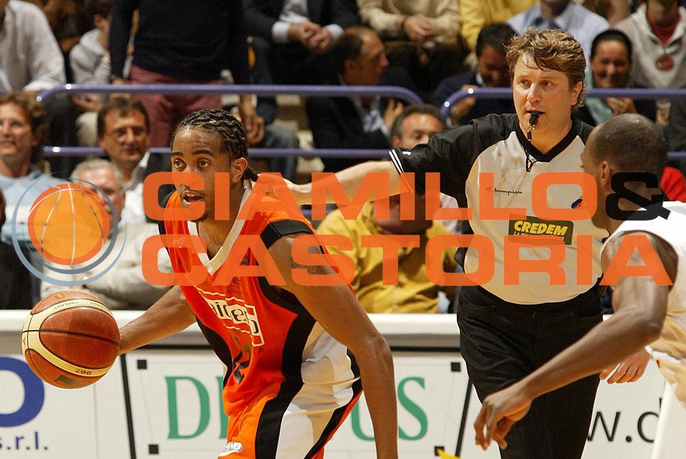 DESCRIZIONE : Bologna Lega A1 2005-06 VidiVici Virtus Bologna Snaidero Udine <br /> GIOCATORE : Hill Arbitro<br /> SQUADRA : Snaidero Udine <br /> EVENTO : Campionato Lega A1 2005-2006 <br /> GARA : VidiVici Virtus Bologna Snaidero Udine <br /> DATA : 03/05/2006 <br /> CATEGORIA : Palleggio<br /> SPORT : Pallacanestro <br /> AUTORE : Agenzia Ciamillo-Castoria/E.Pozzo