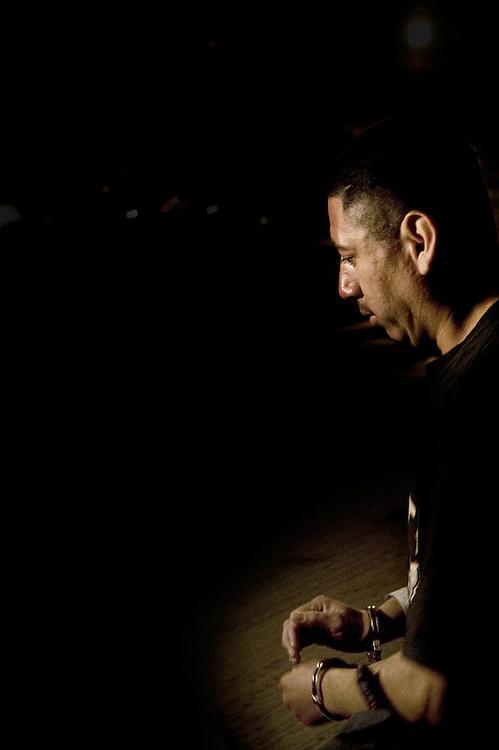 Raúl entrando en el vuelo de deportación en Arizona en una mañana fría  a las 4.45. Arizona es, con mucho, el estado que deporta a la mayor parte ilegales extranjeros , y el estado de Arizona aprobó recientemente un proyecto de ley considera la medida más dura aún tomada por cualquier estado de EE.UU. para frenar la inmigración ilegal.