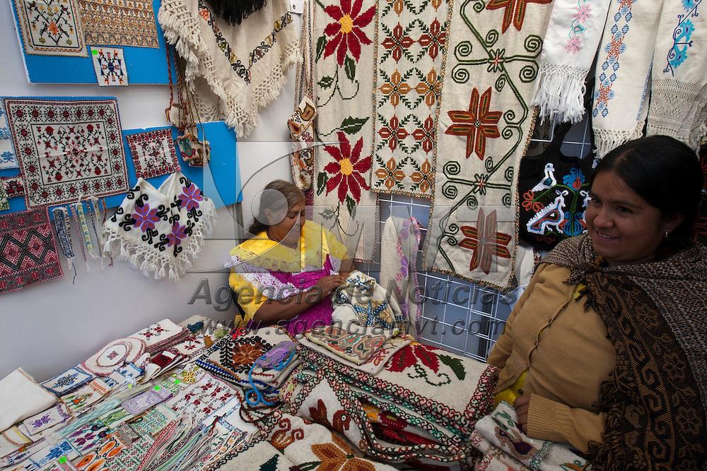 TOLUCA, Mexico.- Mujeres tejen las piezas que son mostradas en la VI cumbre artesanal bicentenario en la plaza Jose Maria Gonzalez Arratia de esta ciudad. Agencia MVT / Mario Vazquez de la Torre. (DIGITAL)
