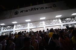 October 13, 2016 - Bangkok, Thailand - Thais gather after hearing the death of Thai King Bhumibol Adulyadej at the Siriraj Hospital in Bangkok, Thailand on October 13, 2016  (Credit Image: © Wasawat Lukharang/NurPhoto via ZUMA Press)