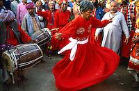 Pakistan. La fête des soufis. Province du Sind. Sehwan e Sharif. Tombe du saint soufi Lal Shabaz Qalandar. Fête de l'anniversaire de sa mort (Urs). Les derviches de la confrerie de Lal Shabaz Qalandar (le faucon rouge) dansent et tournent jusqu'à la transe. // Pakistan. Sind province. Sehwan e Sharif. Sufi saint Lal Shabaz Qalandar shrine. Derviche dancing for the anniversary of the saint.