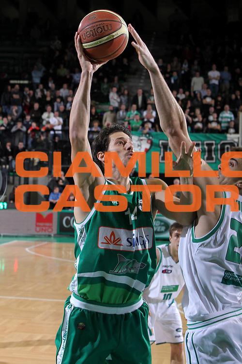 DESCRIZIONE : Treviso Lega A 2011-12 Benetton Treviso Sidigas Avellino<br /> GIOCATORE : Jurica Golemac<br /> SQUADRA : Benetton Treviso Sidigas Avellino<br /> EVENTO : Campionato Lega A 2011-2012 <br /> GARA : Benetton Treviso Sidigas Avellino<br /> DATA : 04/02/2012<br /> CATEGORIA : Tiro<br /> SPORT : Pallacanestro <br /> AUTORE : Agenzia Ciamillo-Castoria/G.Contessa<br /> Galleria : Lega Basket A 2011-2012 <br /> Fotonotizia : Treviso Lega A 2011-12 Benetton Treviso Sidigas Avellino<br /> Predfinita :